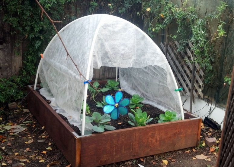 DIY cheap hoop house with a tent (via imqtpi.blogspot.ru) & 11 Cool DIY Greenhouses With Plans And Tutorials - Shelterness
