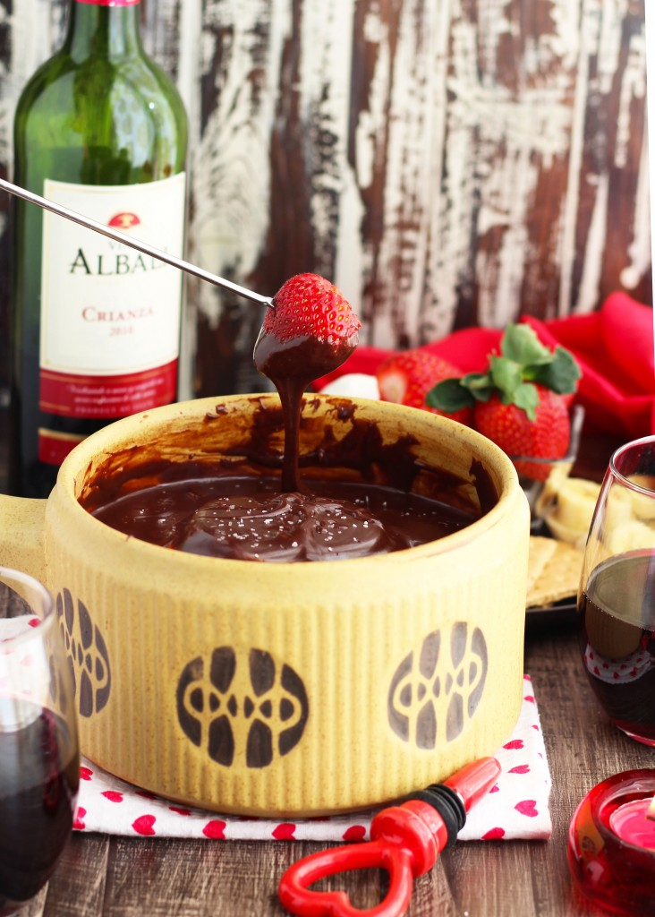 DIY red wine chocolate fondue dip (via www.3yummytummies.com)