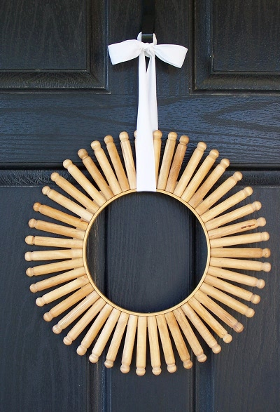 DIY vintage clothespins wreath (via www.shelterness.com)