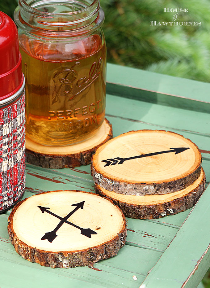 DIY arrow wood slice coasters (via www.houseofhawthornes.com)