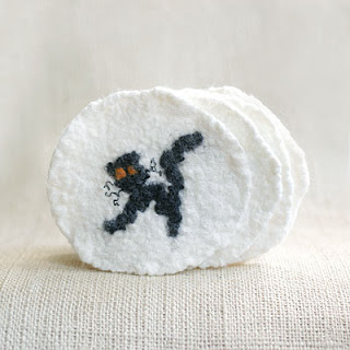 DIY black cat coasters (via tonyautkina.blogspot.ru)