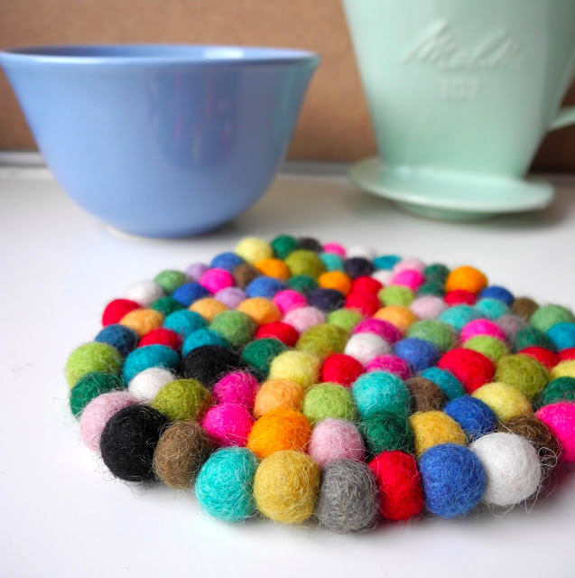 DIY colorful felt balls coasters (via melimelooo.blogspot.ru)