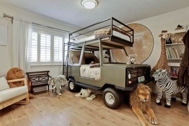 safari van bed for two children and savanna toys all around