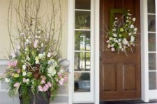 06 a spring wreath and a matching urn arrangement for a cool porch look