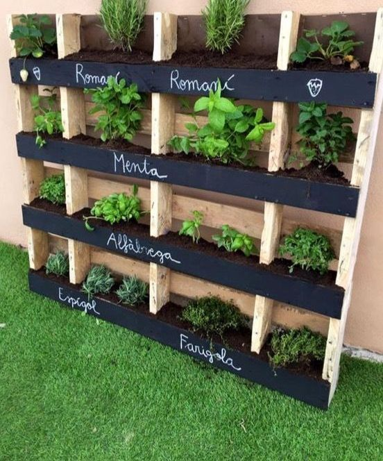 18 vertical planters to save your outdoor space shelterness - Jardineras con palets de madera ...
