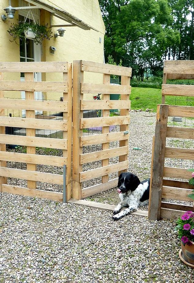 DIY pallet fence to make (via www.hometalk.com)