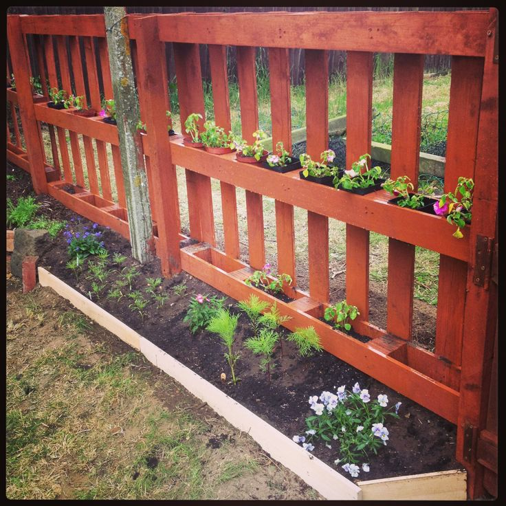 How to build a pallet fence (via gardenedit.com)