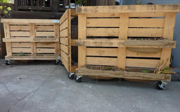 DIY pallet wood gate (via www.99pallets.com)