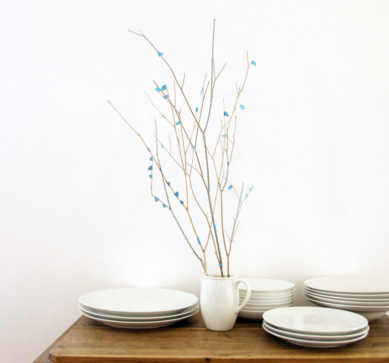 DIY blue yarn and paper covered branches for display (via elhadadepapel.blogspot.ru)