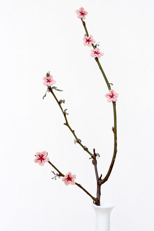 DIY crochet cherry blossom with a free pattern (via makeanddocrew.com)