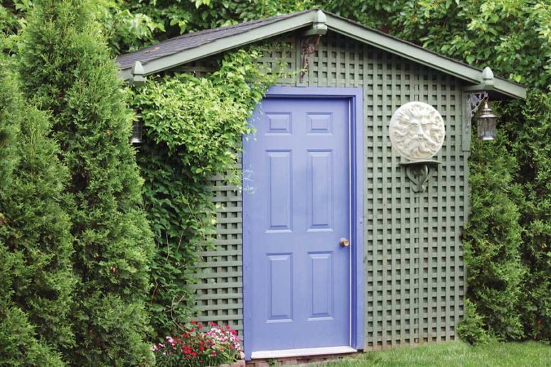 DIY personalized and cute-looking garden shed (via www.motherearthnews.com)