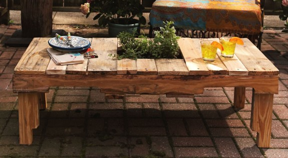 DIY rustic pallet table with a herb garden (via homestory.rp-online.de)