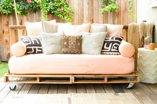 Beautiful DIY pallet outdoor daybed via shelterness