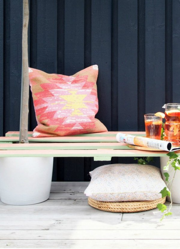 DIY pallet and planters bench (via monsterscircus.com)