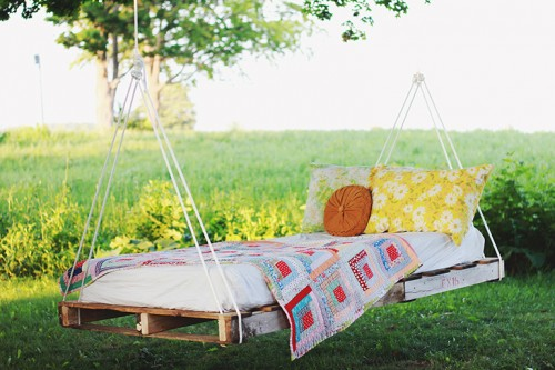 DIY outdoor pallet swing bed (via www.shelterness.com)