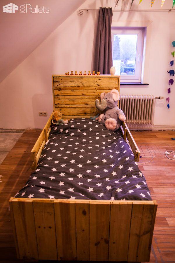 DIY child's first bed of pallets (via www.1001pallets.com)
