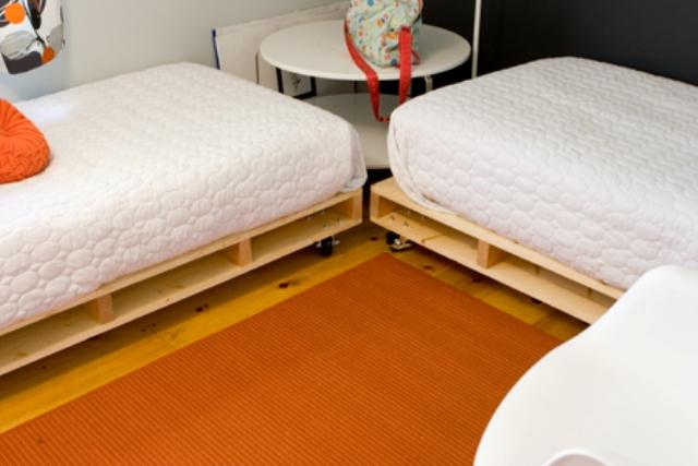 DIY pallet bed to make (via www.99pallets.com)