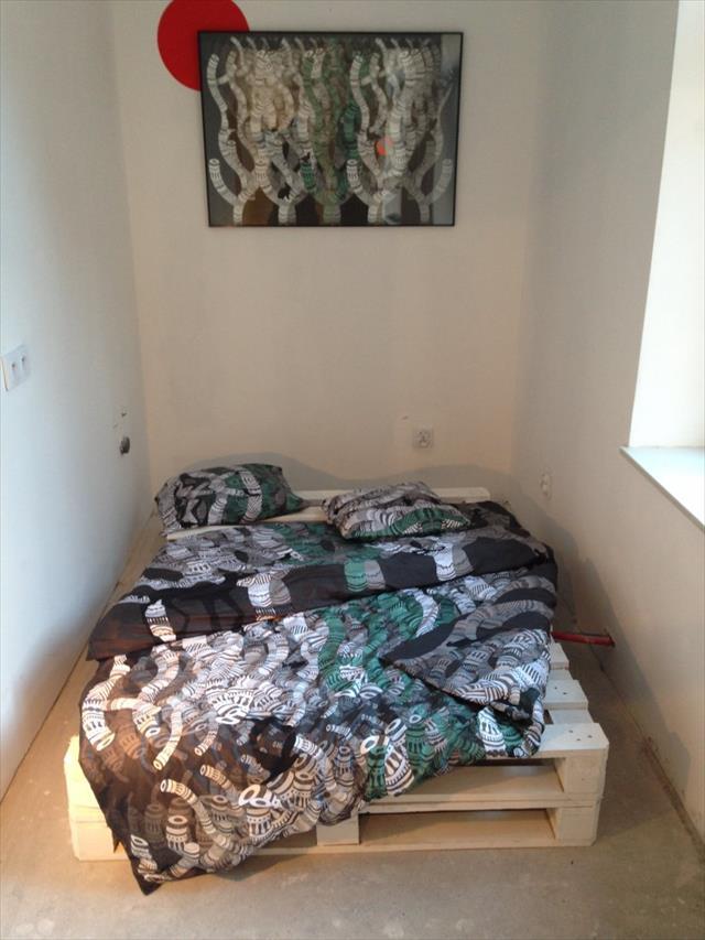 DIY reclaimed pallet bed (via www.99pallets.com)