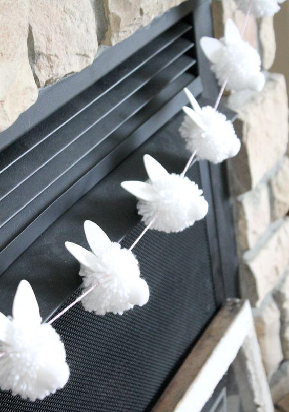 Uma grinalda branca do coelho do pompom grita Easter hoppy