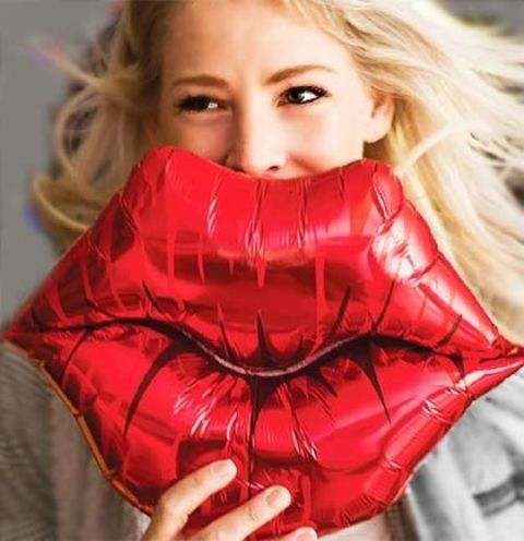 red kissy lips balloon
