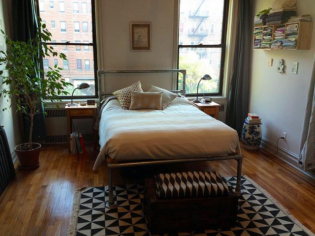 DIY pipe bed frame for an industrial bedroom (via https:)