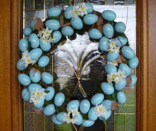 DIY Easter egg and flowers wreath (via www.shelterness.com)