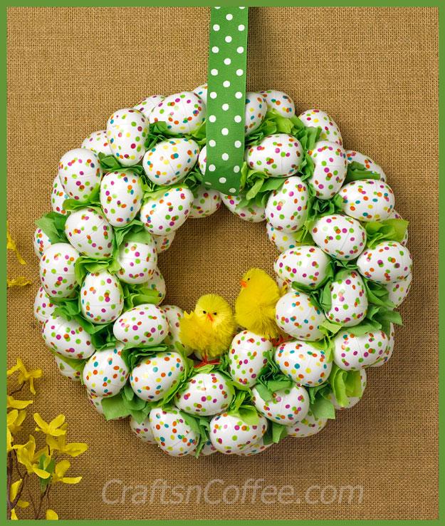 DIY polka dot plastic egg Easter wreath (via https:)