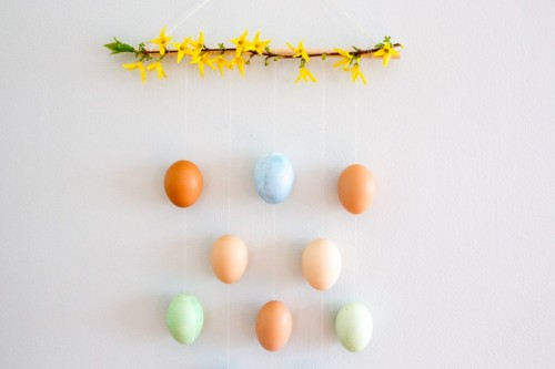 DIY Easter egg wall hanging (via www.shelterness.com)