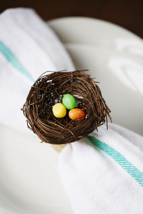 DIY Easter nest napkin rings (via www.shelterness.com)