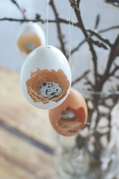 DIY Easter egg ornament with a bird nest  (via www.shelterness.com)