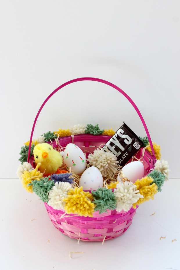 DIY colorful pompom Easter baskets (via https:)