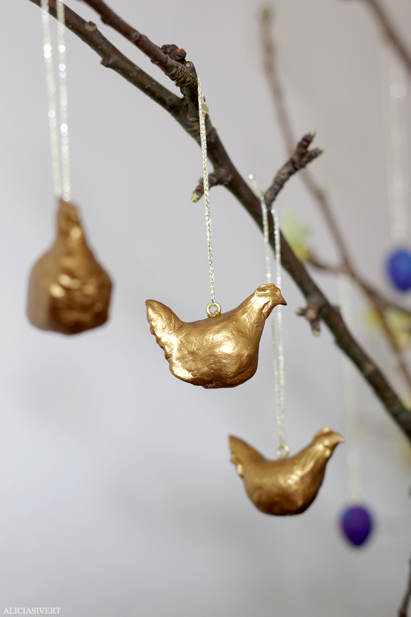 DIY gold clay Easter hen ornaments (via aliciasivert.blogspot.ru)