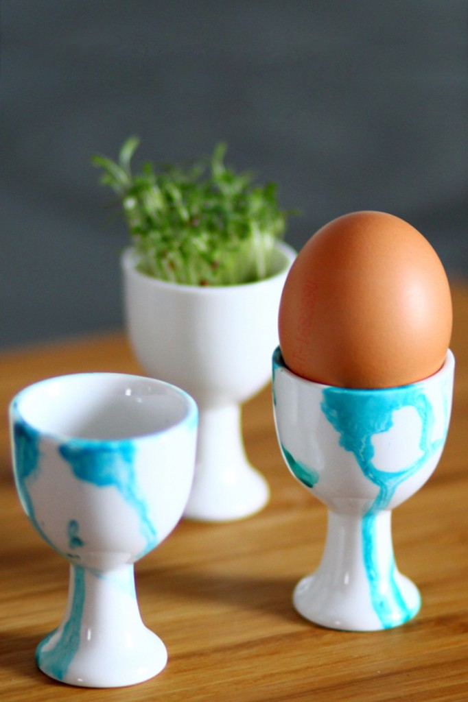 DIY watercolor Easter egg cups (via welovehandmade.at)