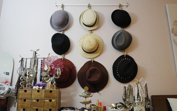 DIY hanging hat organizer (via www.beautybitten.com)