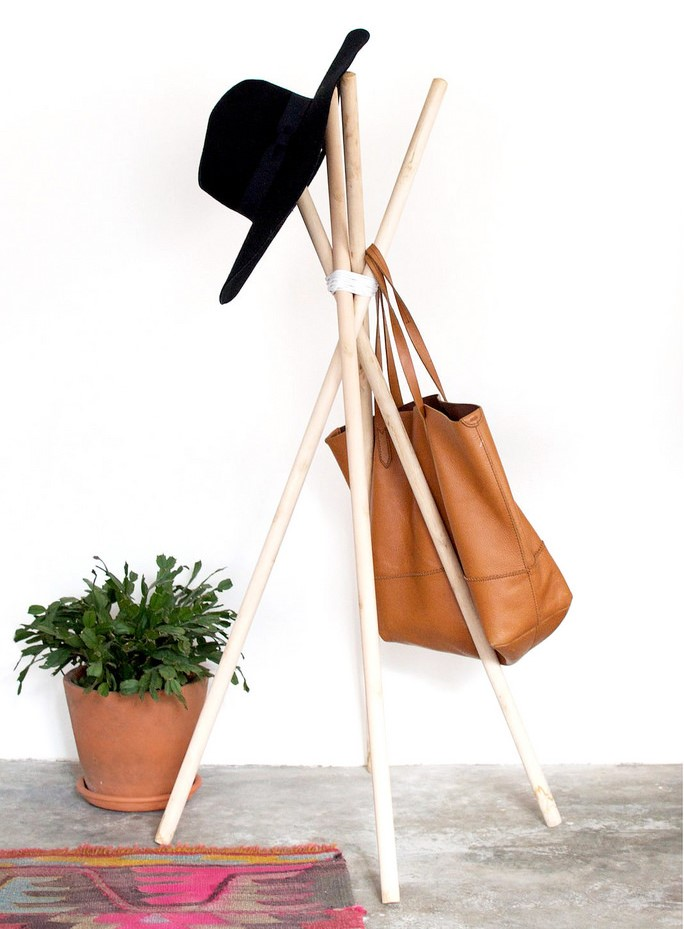 DIY simple and clean hat and coat rack of wood dowels (via blog.froy.com)