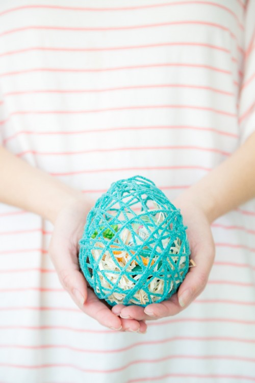 DIY surprise Easter egg from colorful yarn (via www.shelterness.com)