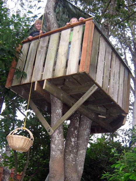 simple DIY tree house of reclaimed wood (via www.instructables.com)