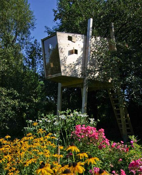 DIY modern tree house with a glass facade (via dornob.com)