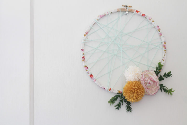 DIY spring wreath with fake flowers (via thegreencupboard.net)