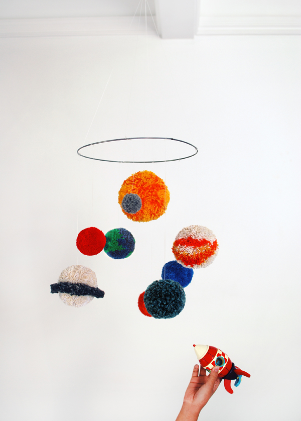 DIY pompom solar system mobile to make (via www.we-are-scout.com)