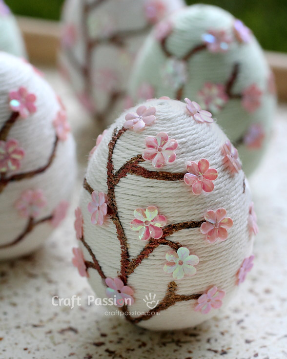 DIY yarn sakura Easter eggs with flowers (via www.craftpassion.com)