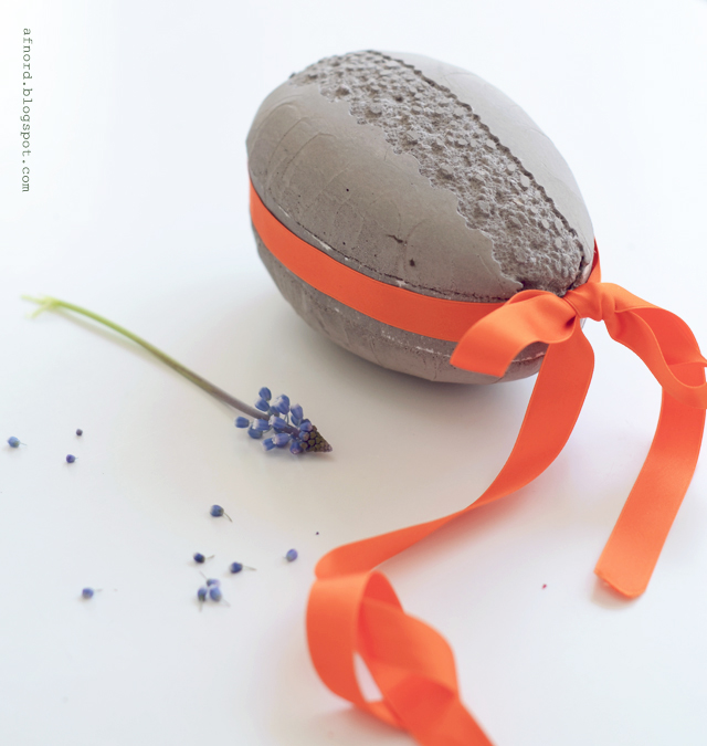 DIY concrete lace printed Easter eggs (via blogg.skonahem.com)