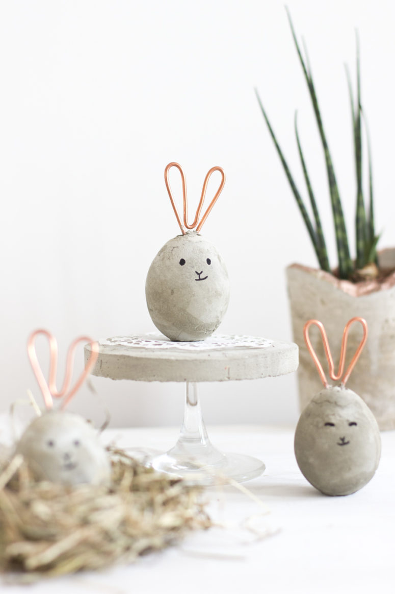 DIY concrete egg-shaped Easter bunnies with copper wire ears (via look-what-i-made.com)