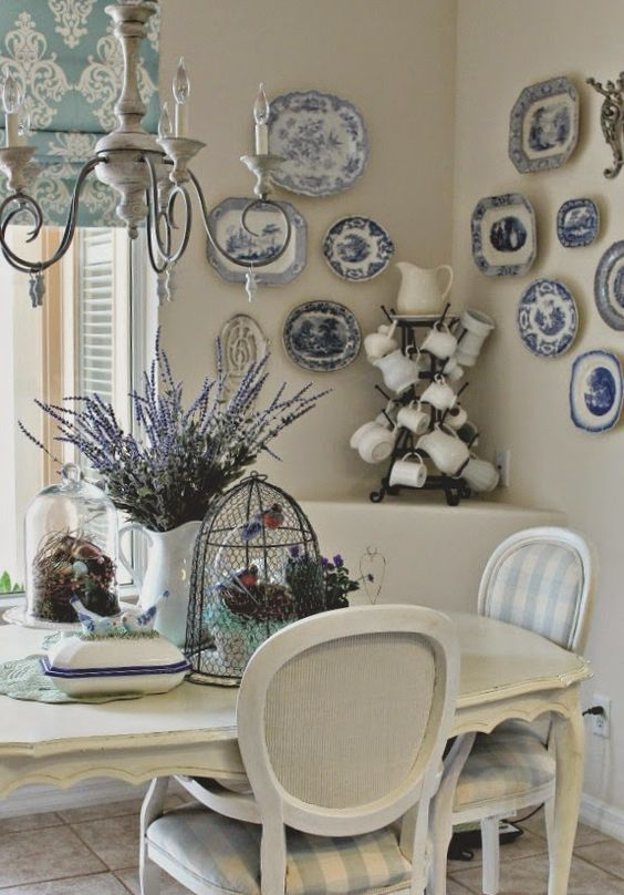 off whites always look chic and soothing, this dining space is no exception