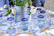 06 shades of blue and some yellow touches for a chic table