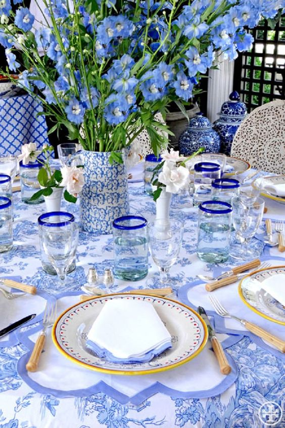 shades of blue and some yellow touches for a chic table