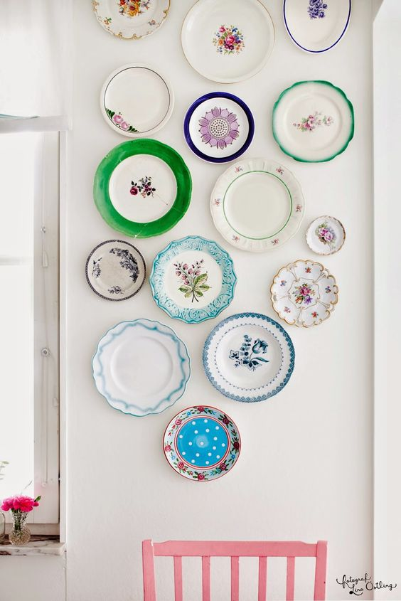 vintage mismatching plates for a vintage-styled kitchen