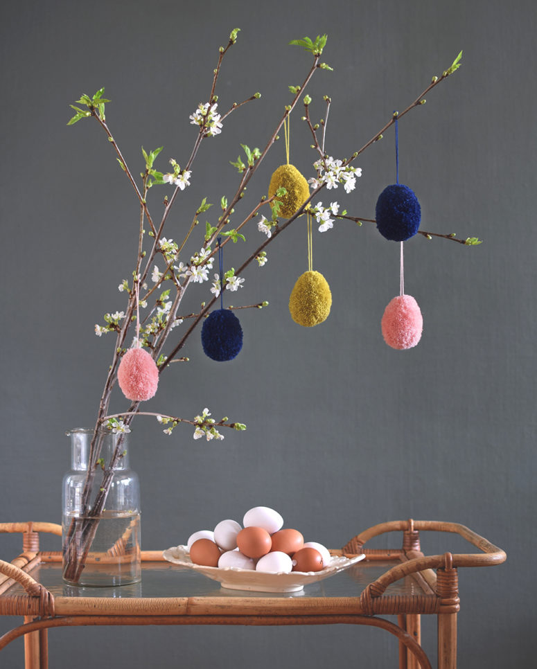 DIY colorful pompom Easter eggs (via helenalyth.se)