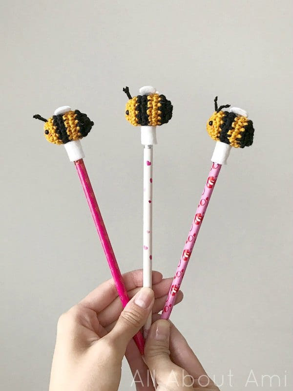 DIY amigurumi bee pencil toppers (via www.allaboutami.com)