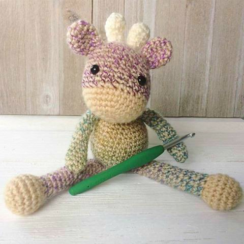 DIY amigurumi mini giraffe (via www.thefriendlyredfox.com)